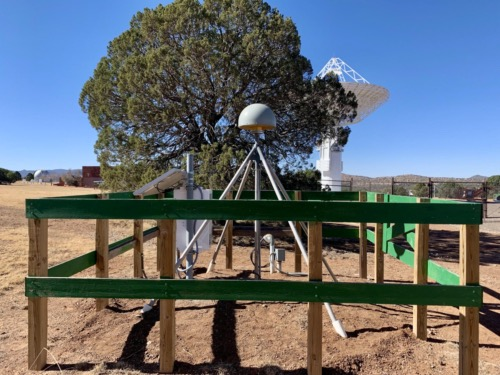 GNSS receiver RTS2 with the VLBI antenna in the background.