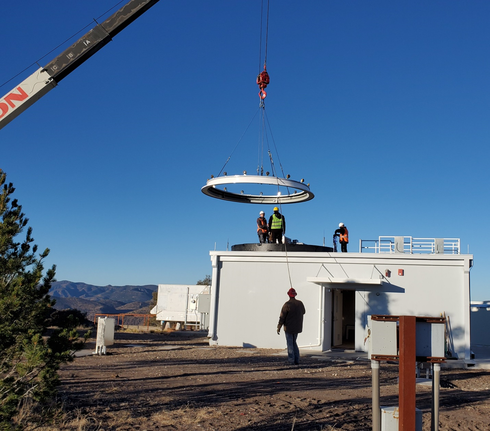 Lift of the dome ring onto the dome ring wall.